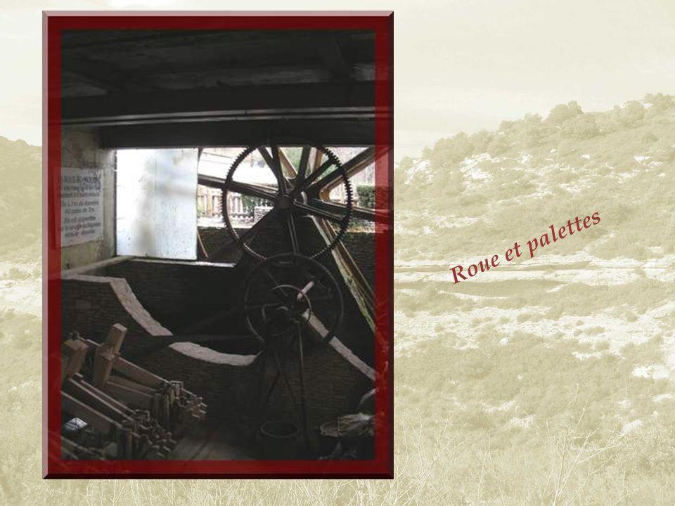 À lintérieur, lon apprend que si le premier moulin à papier de la Provence, à Carpentras, date de 1374, cest en 1522 quil sen installa un sur lautre r