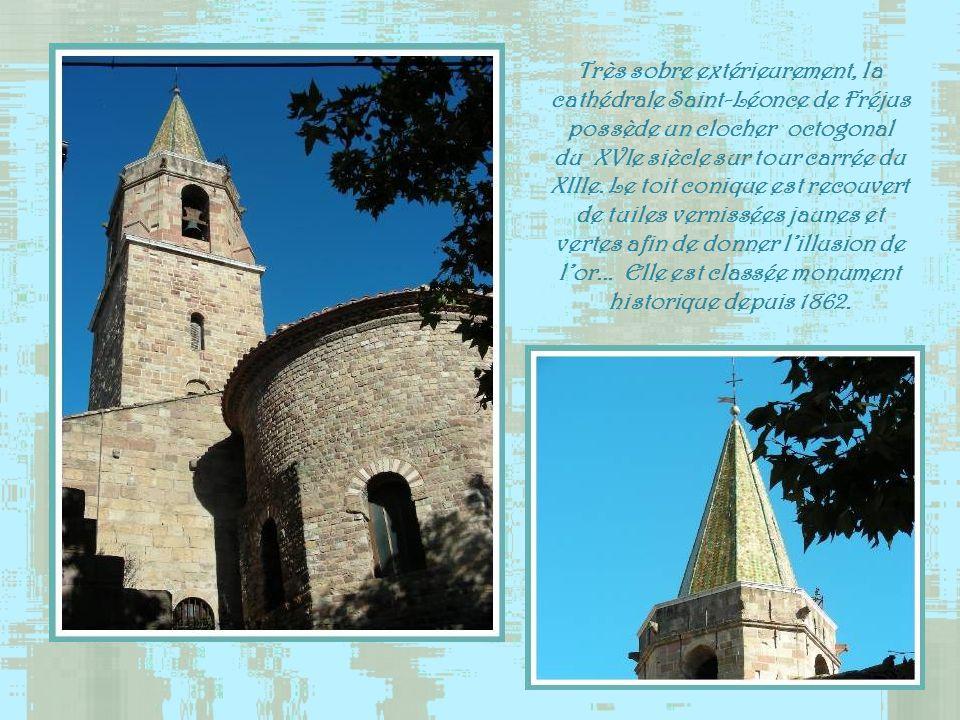 Fréjus fut un siège épiscopal depuis la fin de lantiquité. On en retrouve trace dans les écrits dès le 1Ve siècle. Entourés de bâtiments médiévaux, le