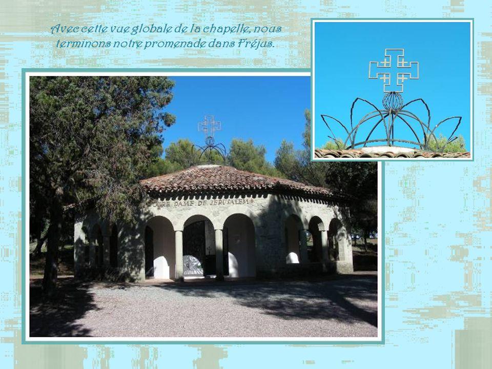 Avec cette vue globale de la chapelle, nous terminons notre promenade dans Fréjus.