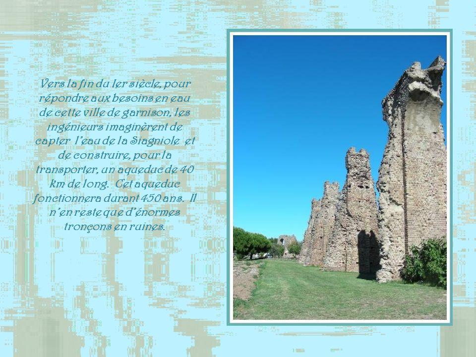 Erigé au Ier siècle de notre ère, lamphithéâtre, malgré sa dégradation, reste un témoin majeur de la période romaine.