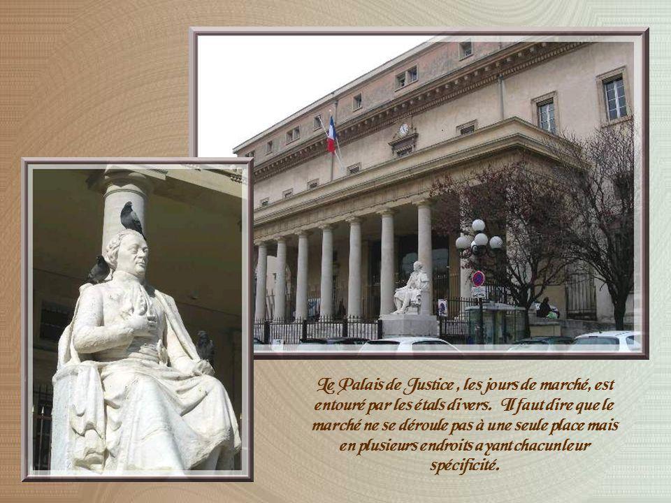 Notre promenade nous conduit ensuite sur la Place des prêcheurs ouverte par le Roi René au XVème siècle et où se dresse le Palais de Justice construit à lemplacement de lancien Palais des Comtes de Provence.