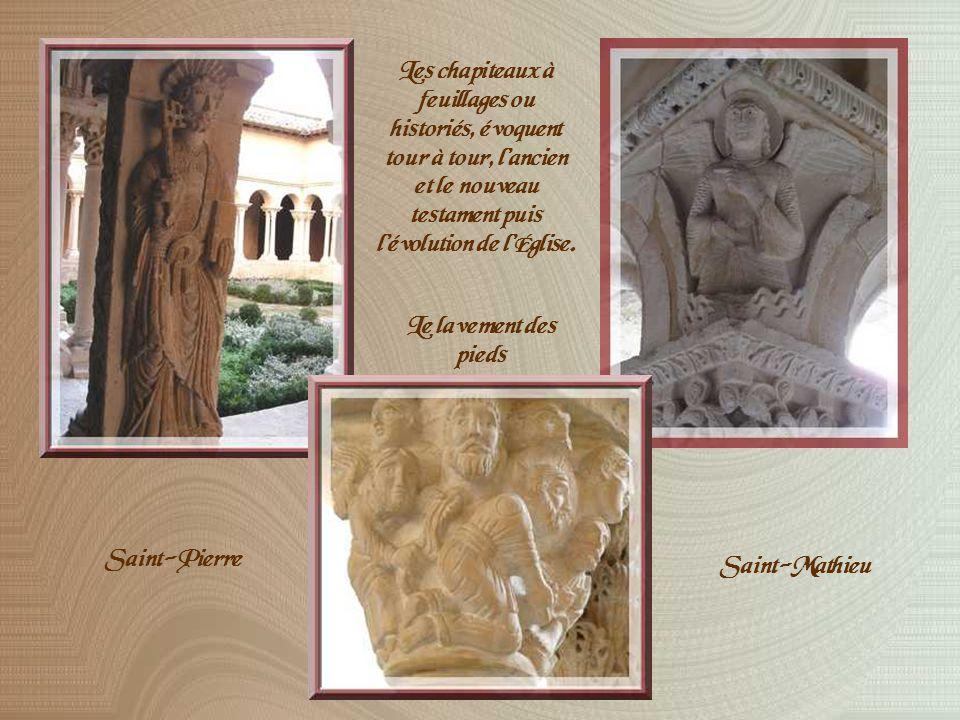 Le coquet cloître de la cathédrale dont les colonnettes jumelées donnent une impression de grande légèreté, paraît bien richement orné pour un cloître roman.
