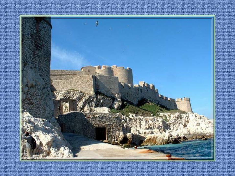 Du vieux port, des bateaux assurent le transport vers les îles du Frioul dont le célèbre château dIf immortalisé par Alexandre Dumas qui y fit mourir