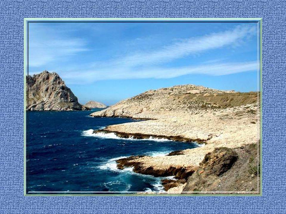 Une visite de Marseille serait incomplète sans le parcours de sa célèbre corniche et la découverte de ses calanques qui y font suite... Elles lui sont
