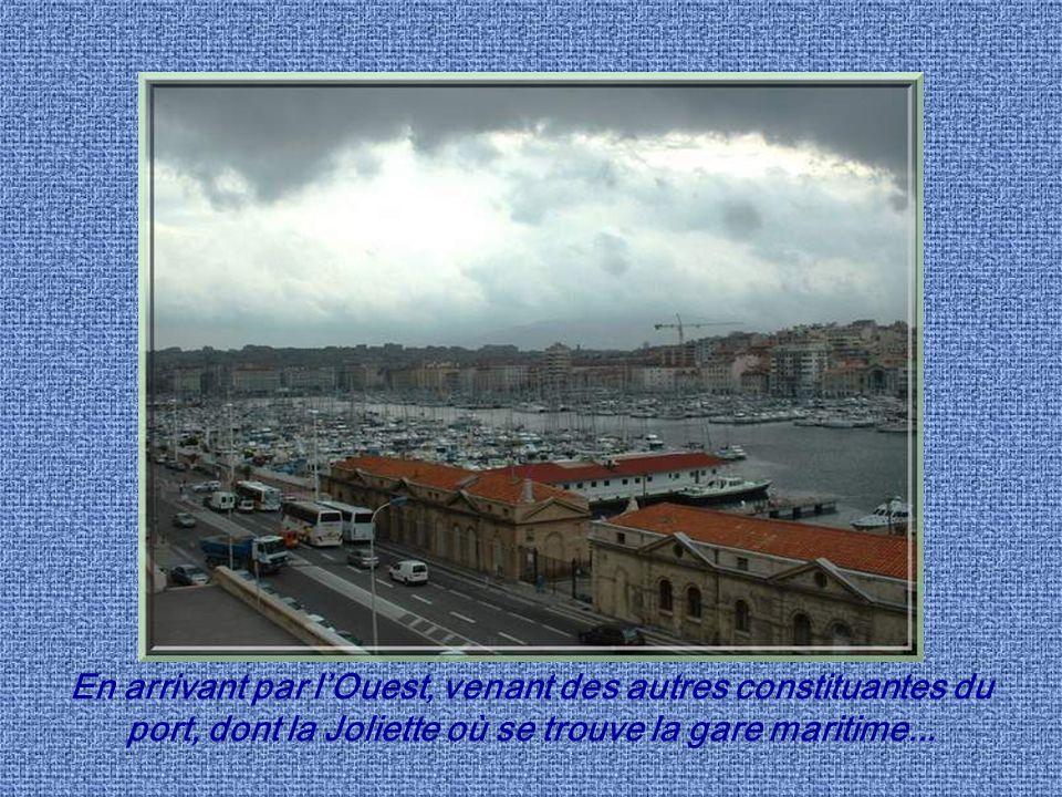 Cest entre le fort Saint-Nicolas, à gauche, et le fort Saint- Jean, à droite, que se fait lentrée dans le vieux port.
