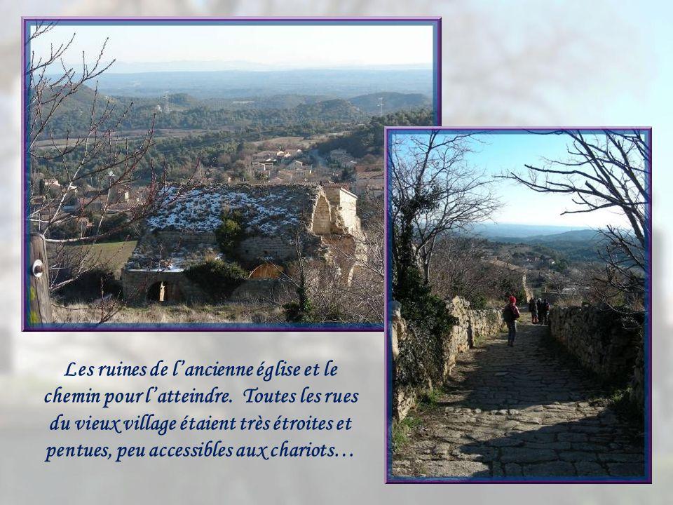 En contrebas, le village actuel qui regroupait 1369 habitants en 2007.