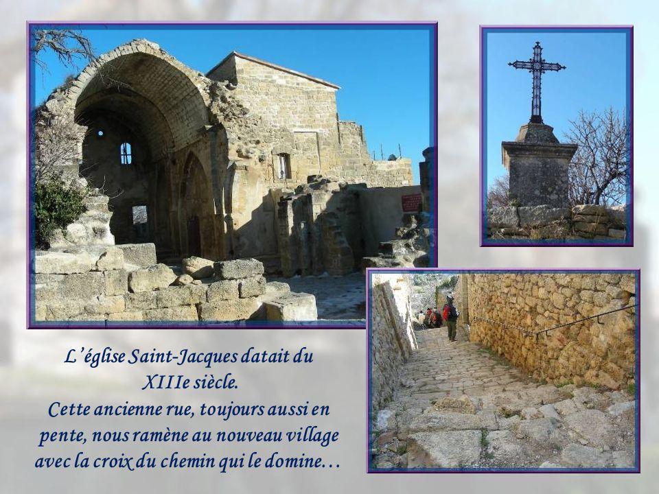 Les ruines de lancienne église et le chemin pour latteindre.