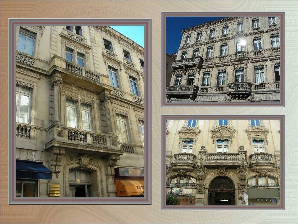 Partout, au cours de notre promenade, nous admirons les magnifiques immeubles, souvent avec balcons en pierre, ici façades haussmanniennes de la rue de la République