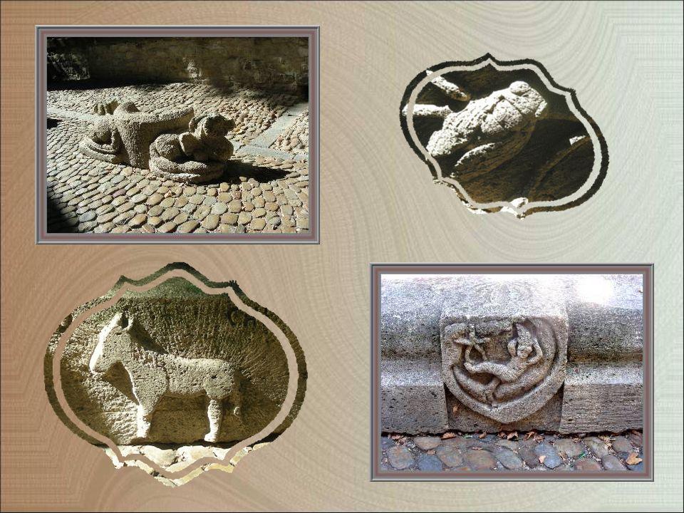Plusieurs vieilles pierres, aux motifs divers sculptés, ont été placées le long du canal pour servir de bancs.