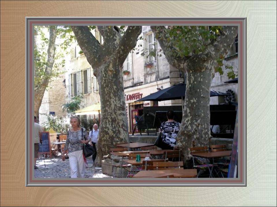 La vie dans la rue calme des teinturiers, sans circulation intensive, avec restaurants rustiques et boutiques originales…