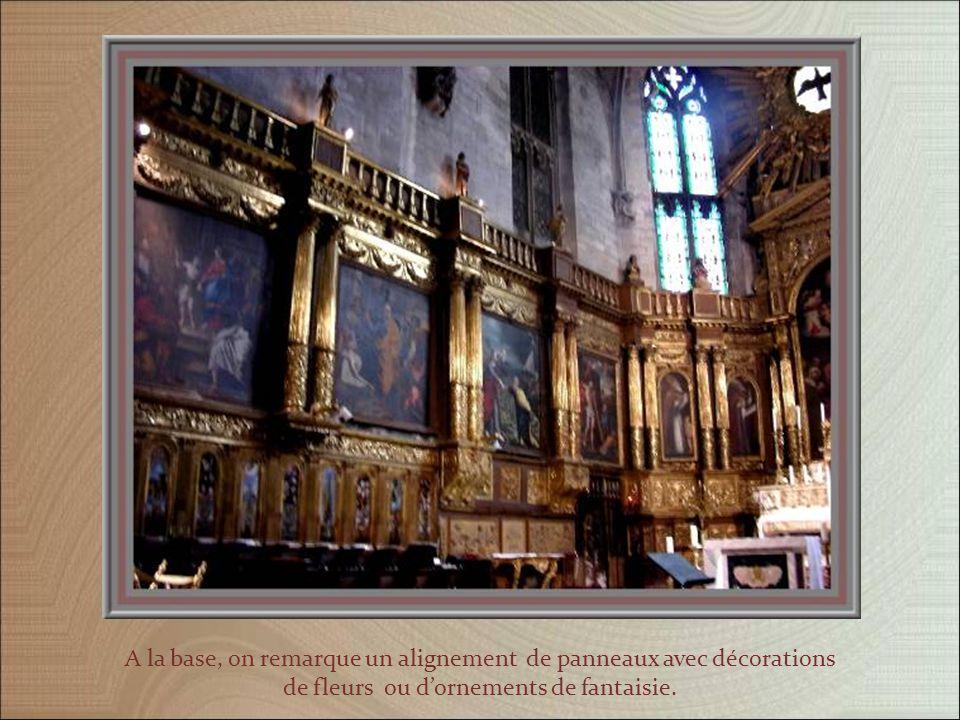 Une jolie voûte, en bois, surplombe le chœur entièrement garni de boiseries dorées avec des panneaux recouverts dœuvres diverses, encadrés par des colonnes.