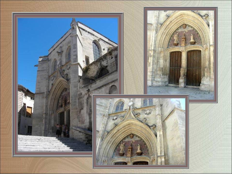 Léglise Saint-Agricol, dont on atteint le parvis par un large escalier, offre une belle façade sculptée du XVe siècle (diapositive suivante).