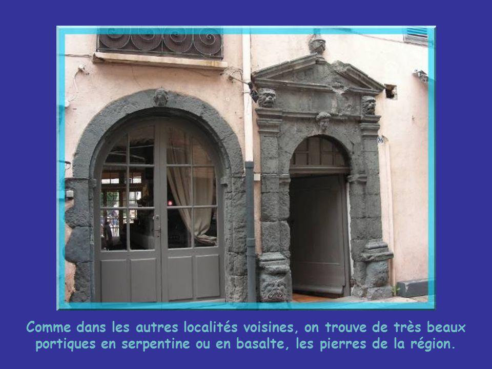 Passage étroits ou ruelles de verdure… … constituent une partie du charme de Saint-Tropez.