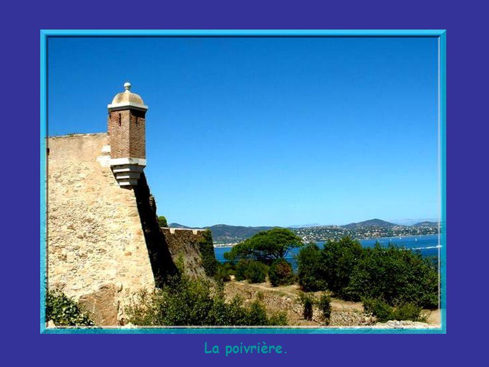 Au XVIe siècle, fut construite, à lest, une Citadelle qui domine la ville de son donjon imposant. Elle déplaisait aux Tropéziens qui demandèrent au ro