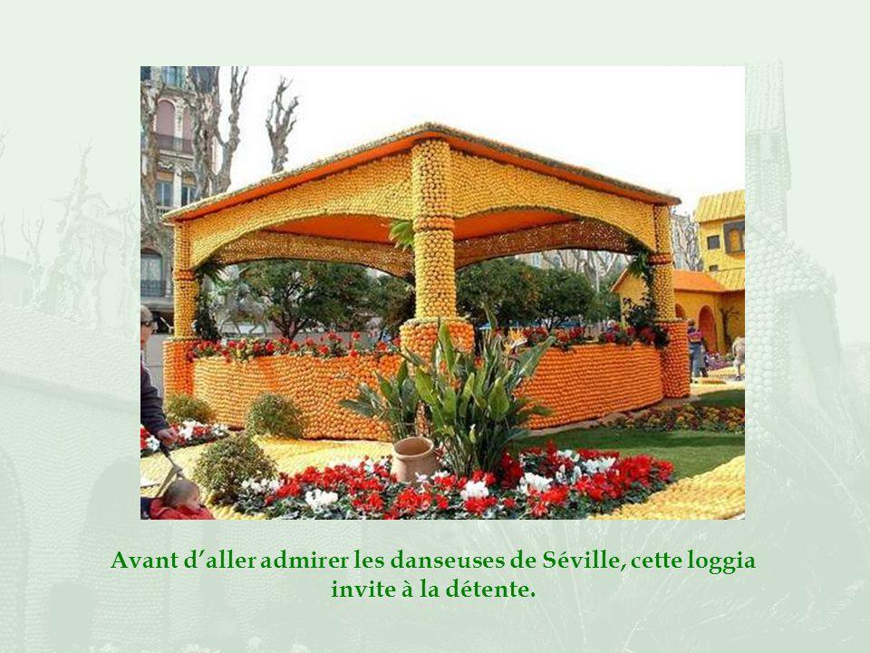 En cette année 2005, le thème en est « Viva Espana ». Lentrée franchie, les jardins de lAlhambra nous accueillent