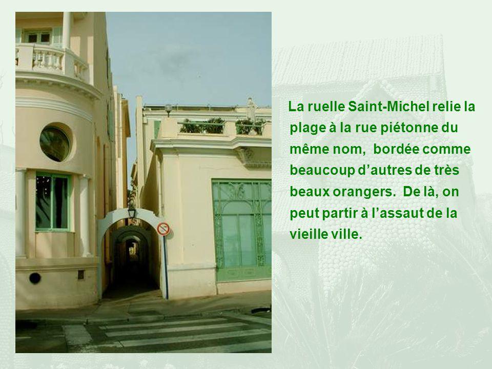 La ruelle Saint-Michel relie la plage à la rue piétonne du même nom, bordée comme beaucoup dautres de très beaux orangers.