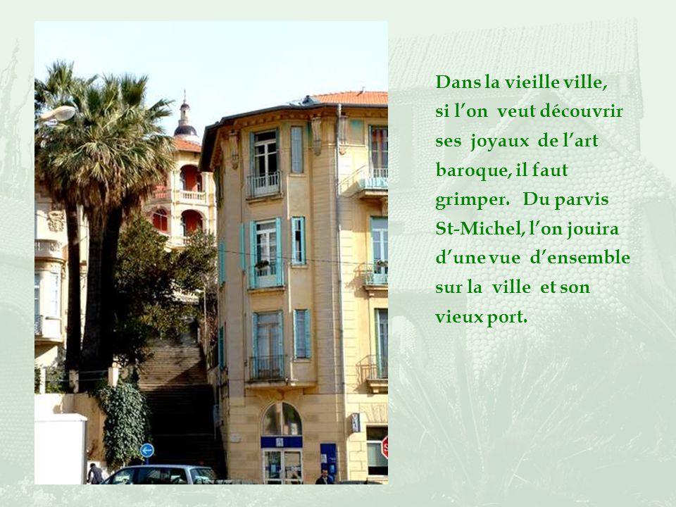 La ruelle Saint-Michel relie la plage à la rue piétonne du même nom, bordée comme beaucoup dautres de très beaux orangers. De là, on peut partir à las