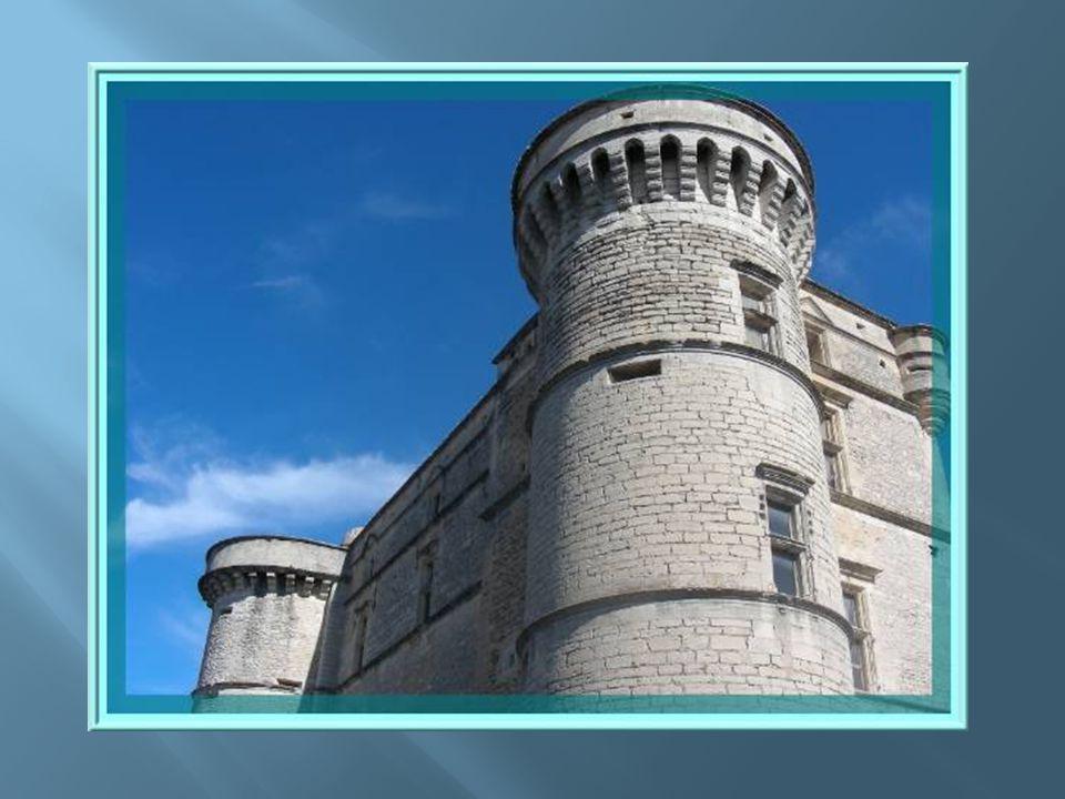 Notre regard est vite attiré par la taille du château qui se trouve devant nous.