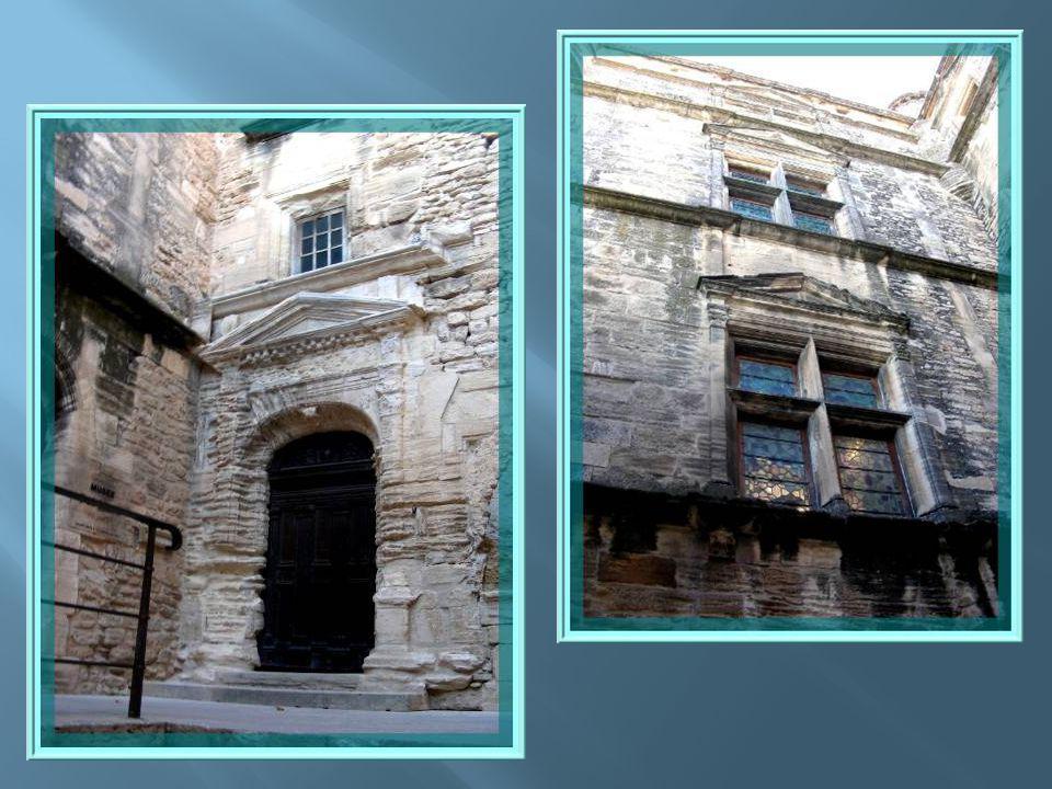 La façade sud du château regarde le vieux Gordes.
