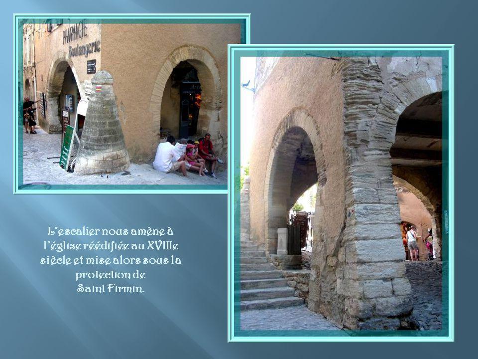 Erigée dabord au XIIe siècle, de style roman, l église de Gordes, coincée en haut dune calade derrière un passage en arches, était autrefois dédiée à Notre- Dame.