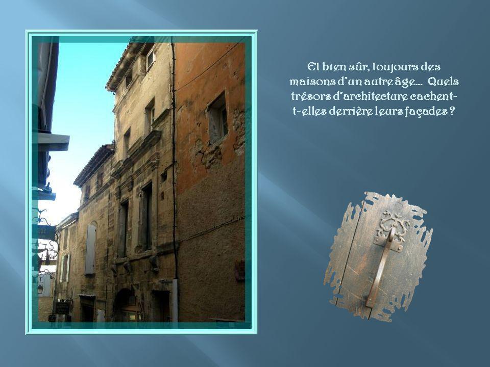 Partout dans la vieille cité, ces rues caladées, cest-à- dire réalisée avec des pierres calcaires posées verticalement, sur la tranche.