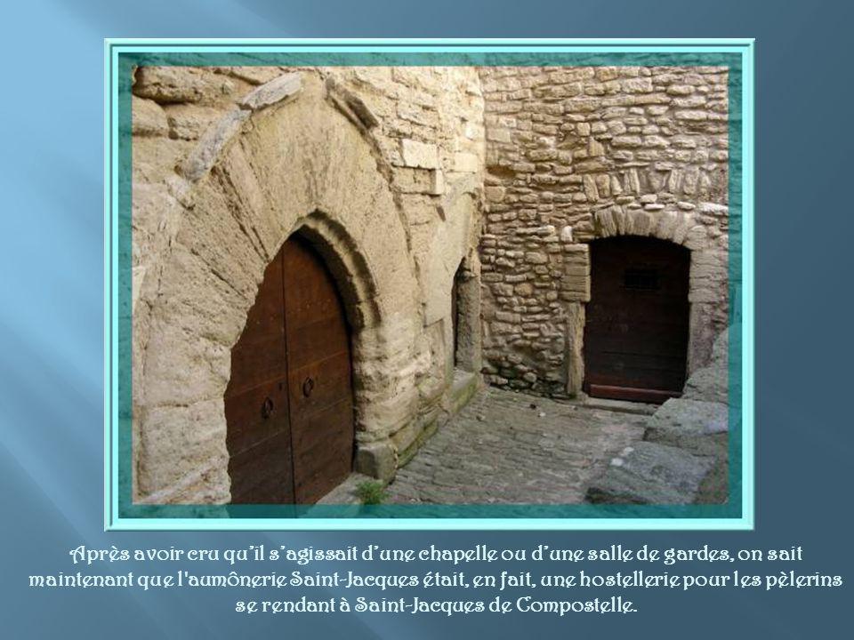 A proximité de la porte de Savoie, cette haute maison de pierre dont les fenêtres et volets contrastent avec la façade…