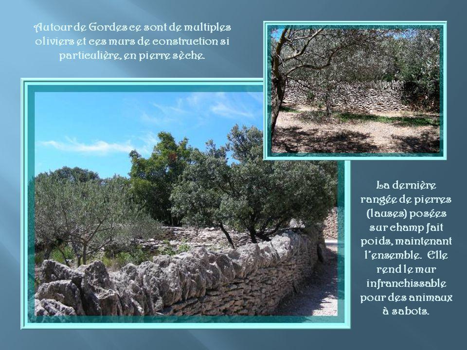 Gordes possède une très vieille histoire.Cétait un oppidum de la tribu des Vulgientes.