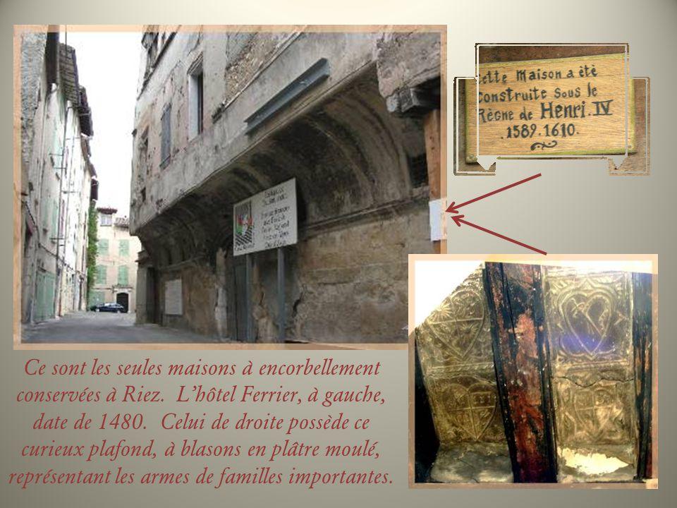 Un portail affiche la date de 1598 et lon peut penser que cest la date de la construction de cette maison qui a conservé ses fenêtres à meneaux.