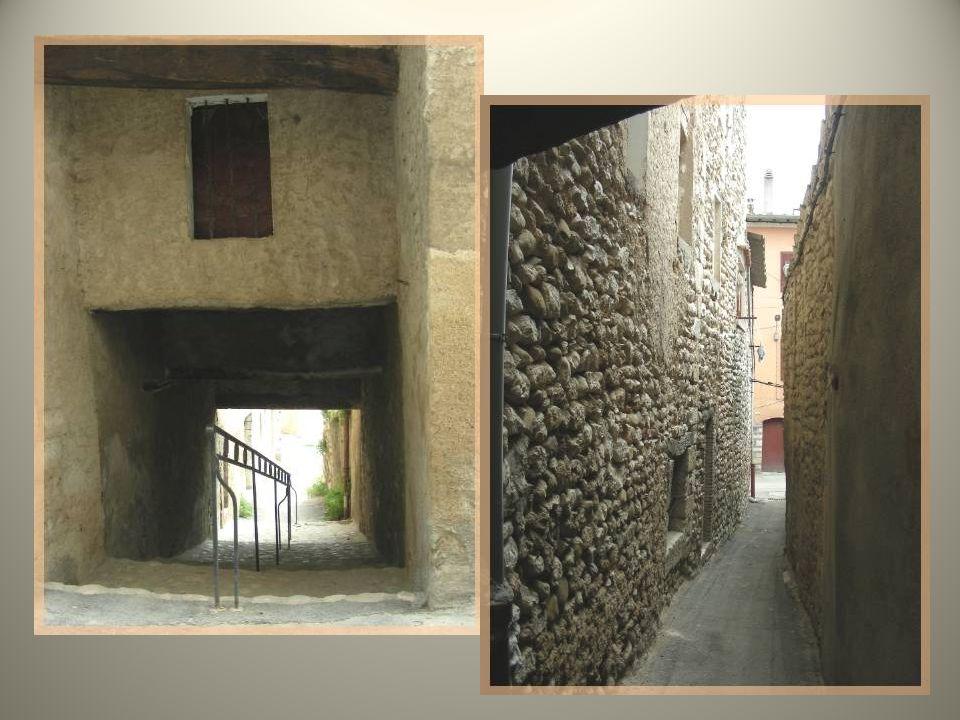 Ce sont les seules maisons à encorbellement conservées à Riez.