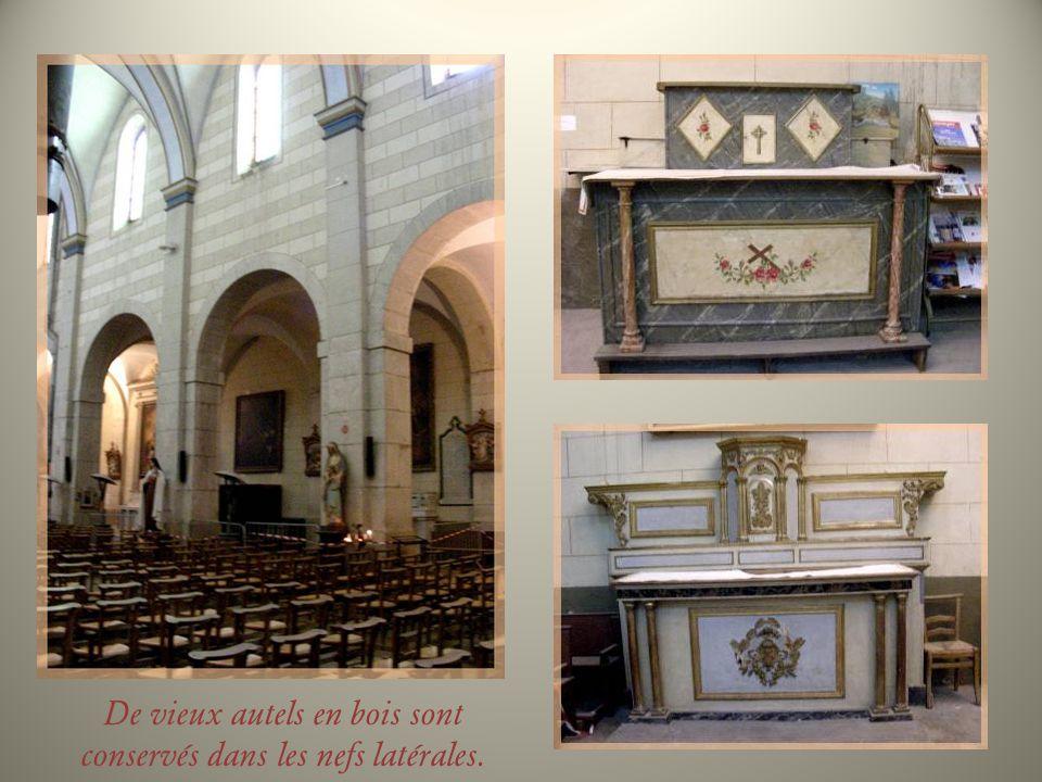 De la cathédrale du XVe siècle, il ne reste que le clocher et une chapelle derrière le chœur.