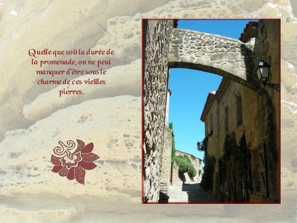 Ce village, parfaitement rénové, tout de pierre dorée, constitue un véritable joyau provençal. On peut sy promener avec plaisir dans tout un lacis de