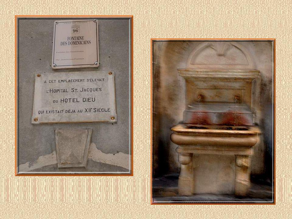 Place de la Placette! Maison tarabiscotée et fontaine de 1819!