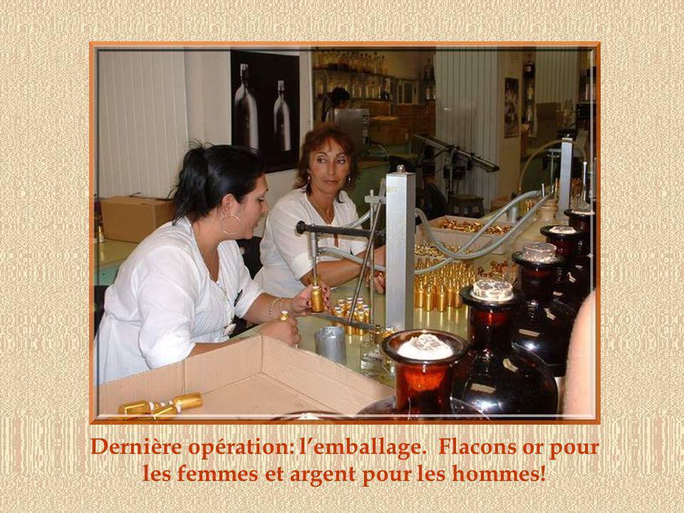 La visite de la parfumerie permet dappréhender la complexité de la fabrication des parfums et de mieux en comprendre leur prix.
