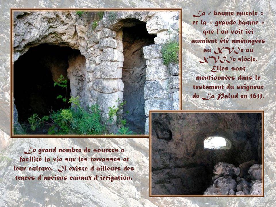 Des grottes ont été aménagées en maisons troglodytes. Ici, la « baume murale »