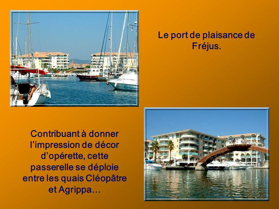 Outre son port de pêche, Saint-Raphaël accueille aussi des plaisanciers.