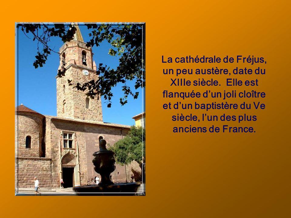 La cathédrale de Fréjus, un peu austère, date du XIIIe siècle.