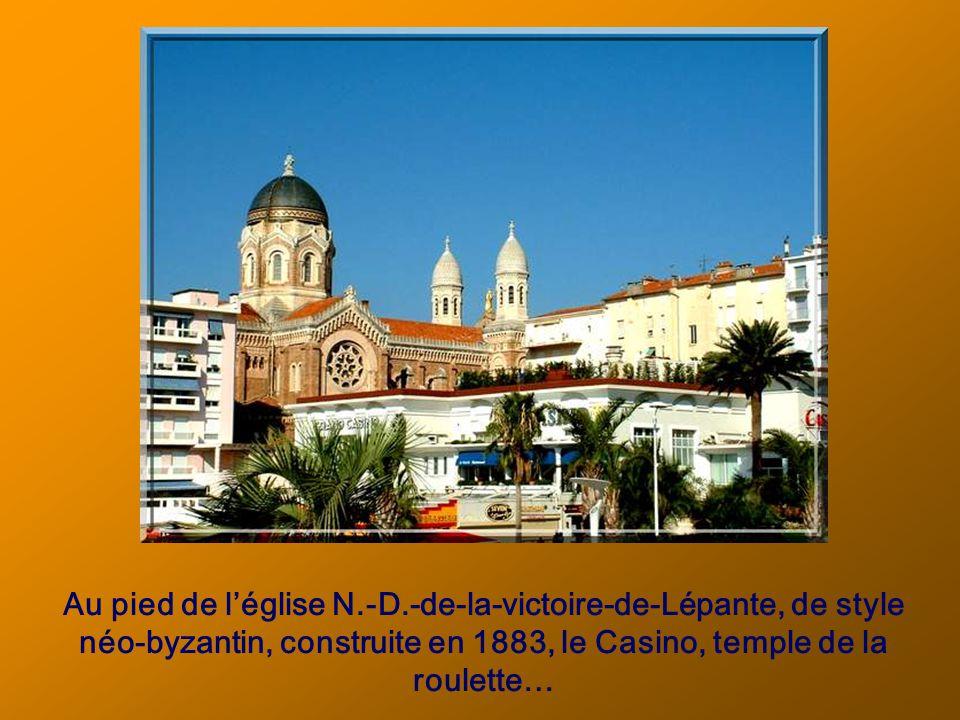 Au pied de léglise N.-D.-de-la-victoire-de-Lépante, de style néo-byzantin, construite en 1883, le Casino, temple de la roulette…