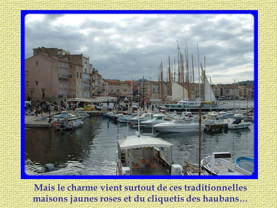 En saison, le vieux Port devient la place chic où lon se pavane devant les boutiques de luxe ou aux terrasses des restaurants et bars.