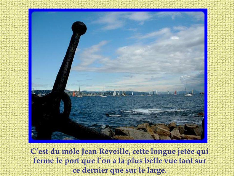 Cest du môle Jean Réveille, cette longue jetée qui ferme le port que lon a la plus belle vue tant sur ce dernier que sur le large.