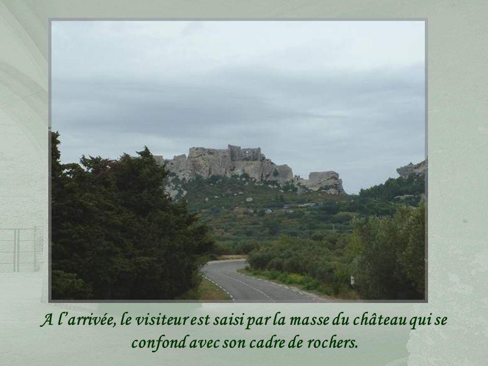 Perché sur un éperon dénudé de 900 mètres de long, les Baux-de-Provence, ce village qui regroupe de nombreuses demeures classées, dominé par les ruines de son ancien château fort, attire chaque année des foules de touristes et, pour en découvrir tout le charme, il est préférable de sy rendre en dehors de la période estivale.