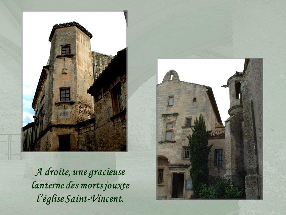 De nombreuses demeures sont parées des attributs de la Renaissance, les fenêtres à meneaux notamment.