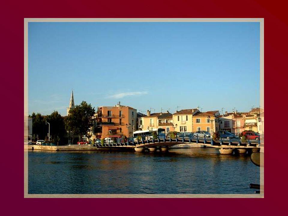 Nous arrivons à Martigues, la Venise provençale chantée par Vincent Scotto.