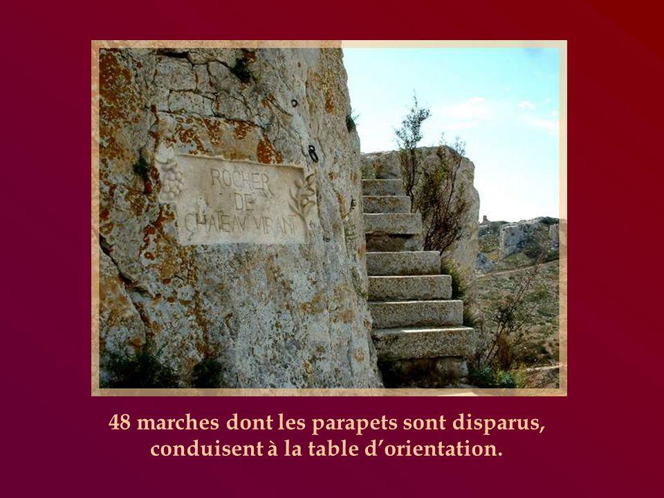 48 marches dont les parapets sont disparus, conduisent à la table dorientation.