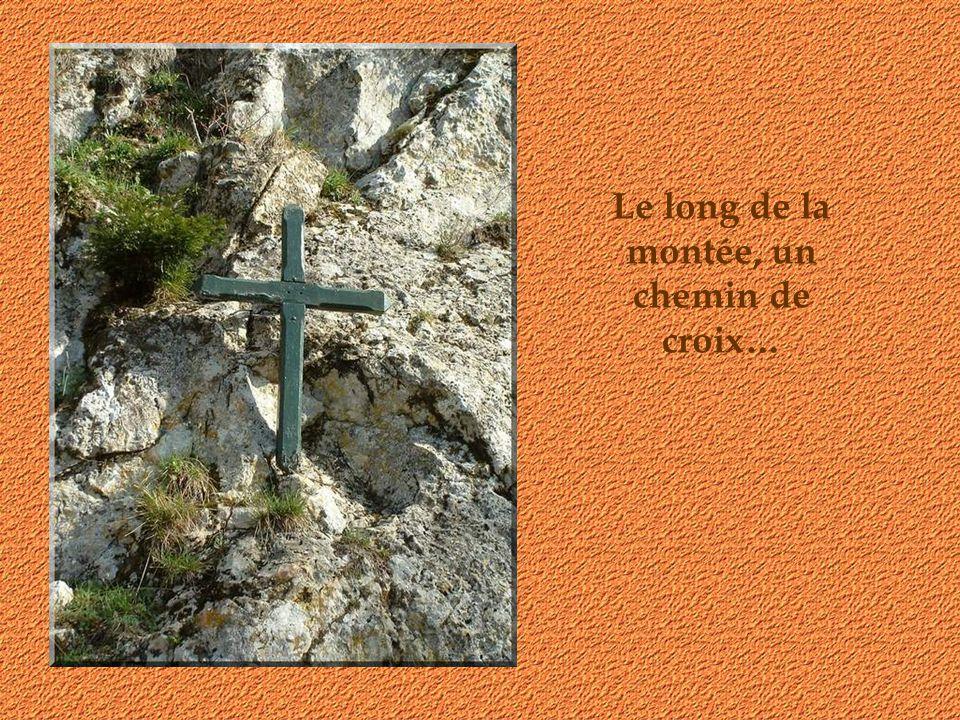 De loin, on se demande comment on va atteindre le monastère et la grotte!