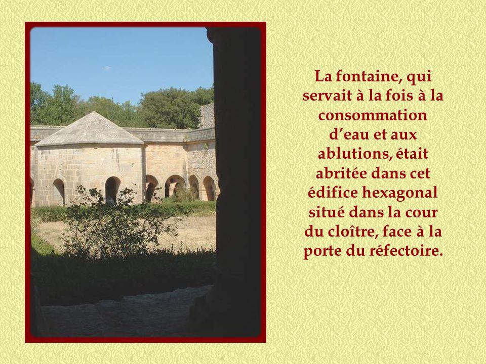 Cloître roman, sobre comme le veut la règle des Cisterciens, sans décoration!