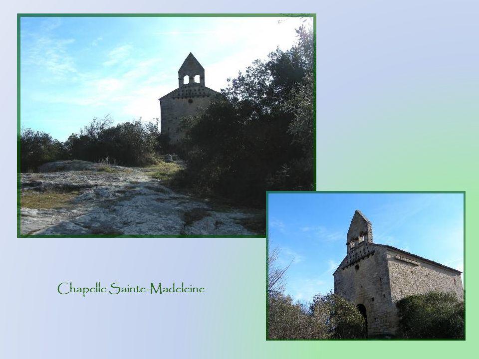 De style roman massif, la chapelle Sainte- Madeleine, qui domine le défilé, fut construite au XIe ou XIIe siècle. Elle fut dabord la chapelle des « ra