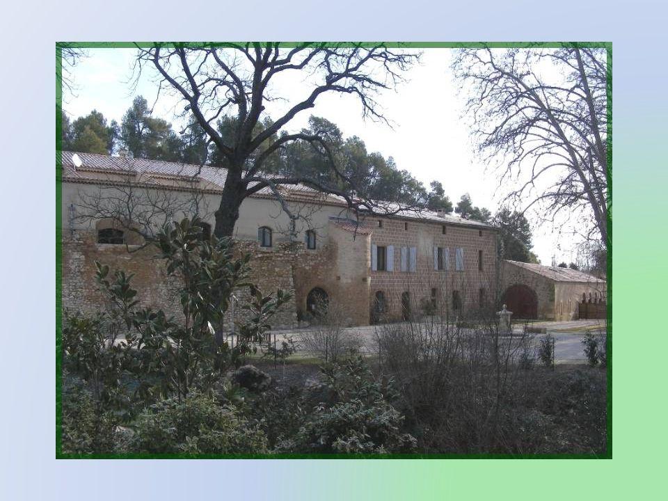 A lentrée de Mirabeau, le Relais du Grand logis est un ancien relais de poste qui a son origine au XVIe siècle. Il a été transformé en un hôtel accuei