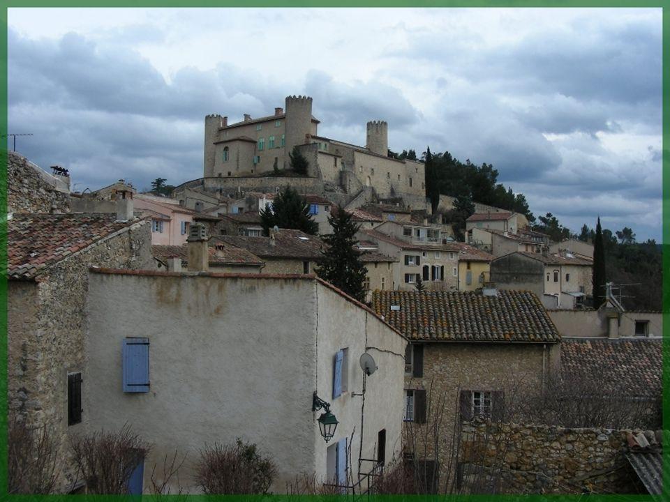 Le vieux bourg de Mirabeau, petite localité qui dépasse de peu les mille habitants, se présente dominé par un château imposant, non ouvert à la visite.