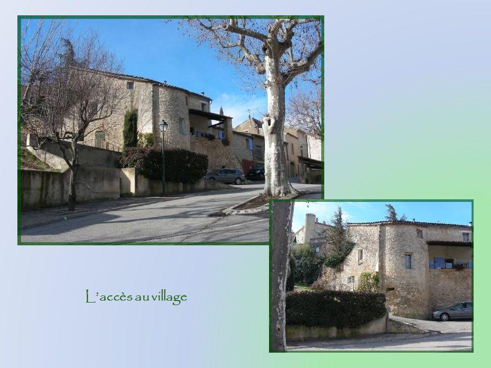 Aux XIVe et XVe siècles, le château est la propriété des Barras, ancêtres de Paul Barras, célèbre membre du Directoire.