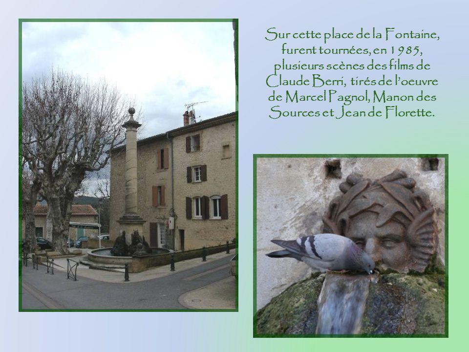 A lentrée de la place de la Fontaine, ce souvenir du passé, le pivot sur lequel senroulait le câble du ferry.